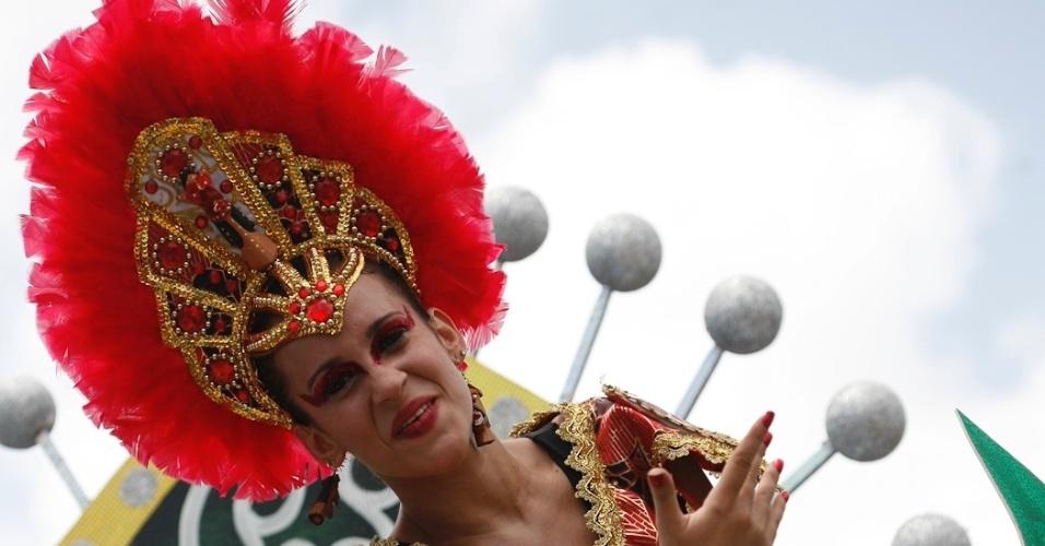 9.fev.2013 - Integrante do bloco O Galo da Madrugada exibe fantasia exuberante durante a folia nas ruas de Recife