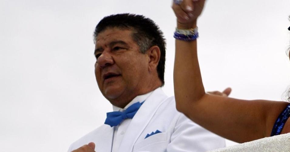 10.fev.2013 - Joel Santana, ex-técnico do time preferido de João Nogueira, o Flamengo, vai à avenida em um dos carros alegóricos da Águia de Ouro