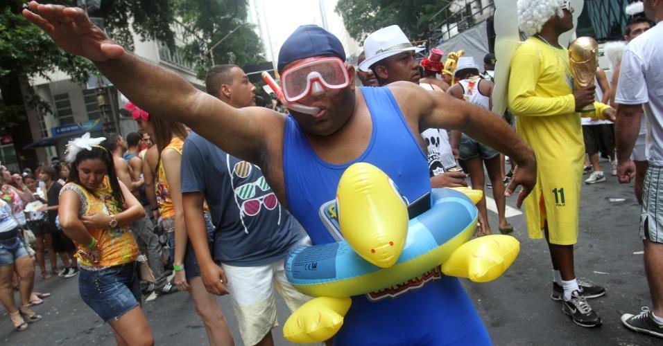"""9.fev.2013 - """"Mergulhador"""" brinca no Cordão da Bola Preta, no Rio"""
