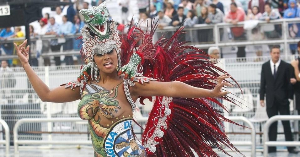 9.Fev.2013 - Musa da Águia de Ouro, se apresenta durante o desfile da escola que homenageou o sambista João Nogueira