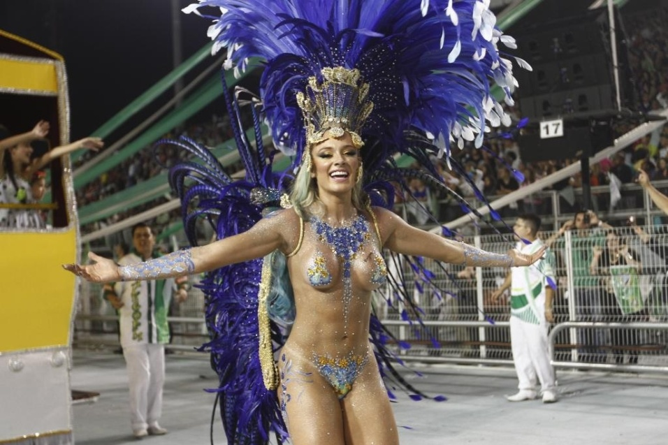 10.fev.2013 - Musa da Mancha Verde, Juju Salimeni exibe pintura corporal na avenida