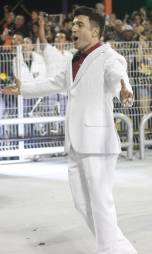 10.fev.2013 - Na Vai-Vai, o ator Jarbas Homem de Mello esbanja simpatia na avenida
