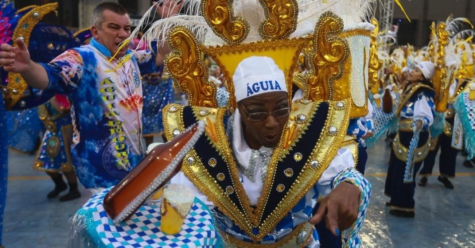 9.Fev.2013 - No final do desfile, a Águia de Ouro teve que correr, mas mesmo assim estourou o tempo máximo de 65 minutos e deve ter pontos descontados por isso