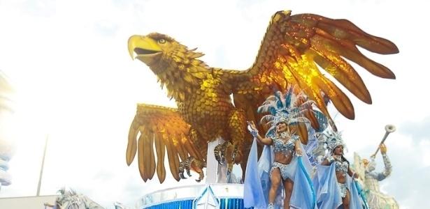 9.Fev.2013 - O carro abre-alas da Águia de Ouro trouxe o pássaro símbolo da escola, que também faz referência à Portela, escola carioca da qual João Nogueira, homenageado do desfile, fazia parte