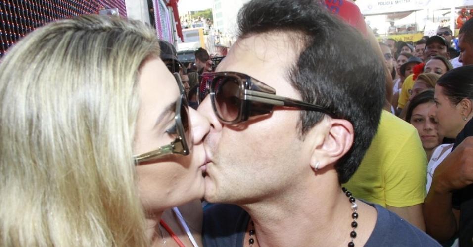 """9.fev.2013 - O humorista Ceará do """"Pânico na Band"""" beija a mulher Mirella Santos durante show de Ivete Sangalo no bloco Cerveja & Cia no Carnaval de Salvador"""