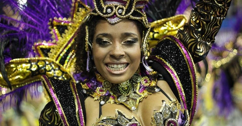 9.fev.2013 - Passista samba o enredo