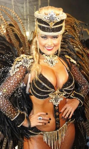 10.fev.2013 - Rainha da bateria da Rosas de Ouro, Ellen Roche esbanja charme na avenida