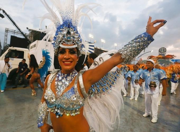 9.Fev.2013 - Samila Nascimento, princesa da Águia de Ouro, se apresenta à frente da bateria da escola, que homenageou o sambista João Nogueira