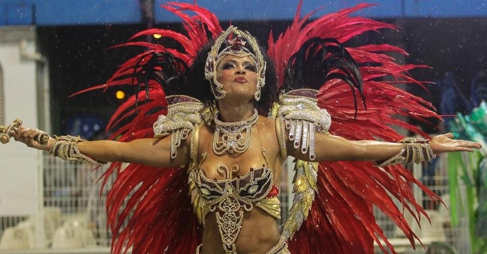 9.fev.2013 - Simone Sampaio é a rainha da bateria da Dragões da Real. A escola foi a sexta a passar pelo Sambódromo do Anhembi, em São Paulo