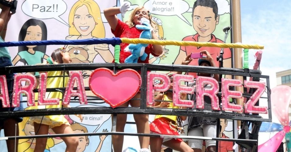 9.fev.2013 - Vestida como a Mônica, da Turma da Mônica, Carla Perez agita o circuito infantil do Carnaval de Salvador