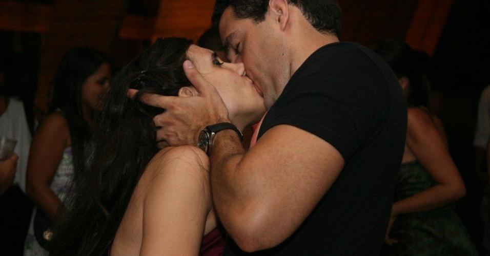 9.fev.2013 - Casal se beija durante o baile realizado no MAM - Museu de Arte Moderna, no Rio