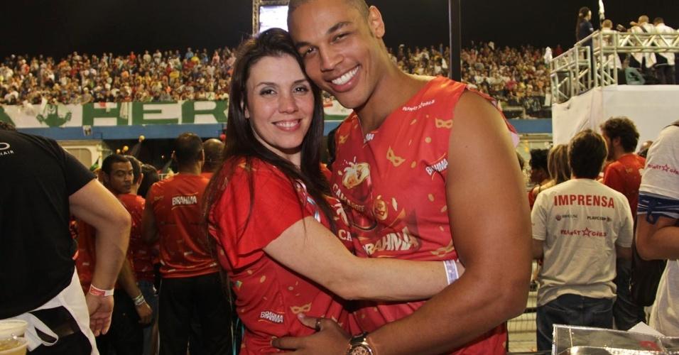 08.fev.2013 - A cantora Simony posa abraçada com seu namorado, Patrick, durante o desfile das escolas de samba de São Paulo