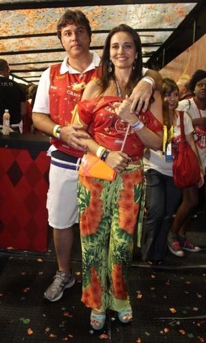 08.fev.2013 - A jornalista Carla Vilhena e seu marido, o advogado Carlos Monnerat, no Camarote Brahma em São Paulo