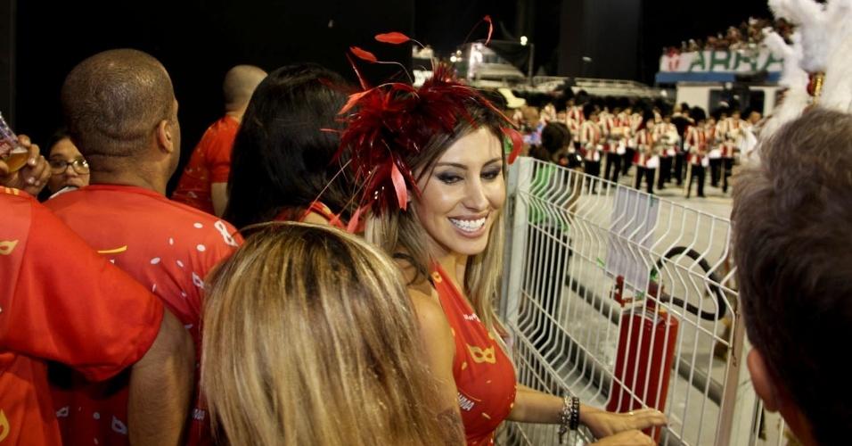 08.fev.2013 - Jaque Khury assiste emocinada ao desfile das escolas de samba de São Paulo