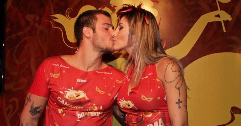 Jacky Khury beija seu noivo Rafael Mello no Camarote Brahma em São Paulo (9/2/2013)