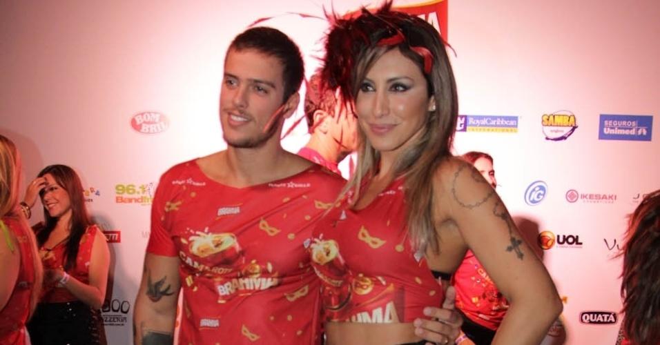 08.fev.2013 - Jaque Khury posa para fotos ao lado de seu noivo Rafael Mello no Camarote Brahma em São Paulo