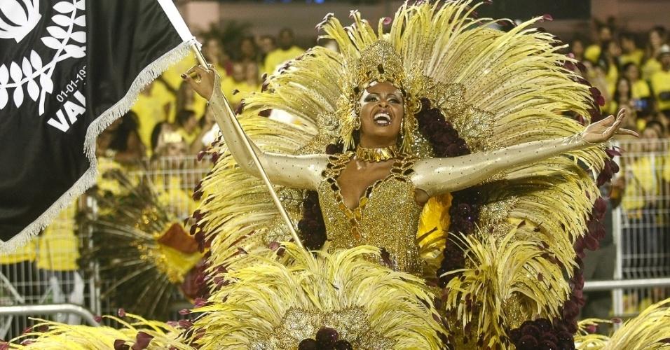 9.fev.2013 - Paulinha, porta-bandeira da Vai-Vai. A Vai-Vai é a quarta escola a passar pelo Sambódromo do Anhembi em São Paulo
