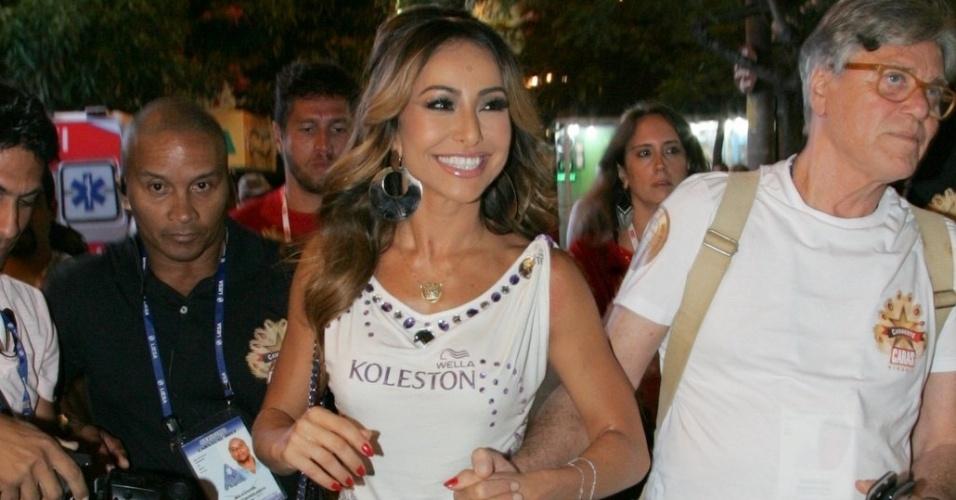 10.fev.2013 - A apresentadora Sabrina Sato, que irá desfilar pela Vila Isabel, chega ao Camarote Caras na Sapucaí