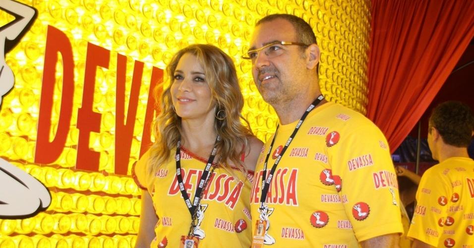 10.fev.2013 - A atriz Christine Fernandes e o ator Floriano Peixoto chegam ao Camarote Devassa na Sapucaí