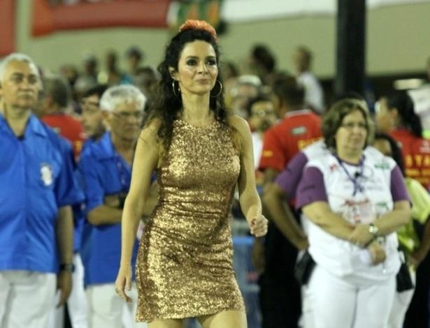 10.fev.2013 - Cláudia Ohana foi destaque na comissão de frente da Inocentes de Belford Roxo. Escola foi a primeira a passar pela Sapucaí no Carnaval do Rio de Janeiro.