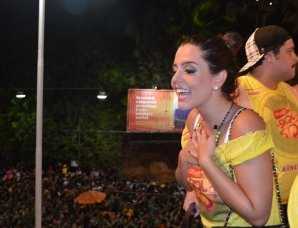 10.fev.2013 - A atriz Giovanna Lancellotti acena para os foliões durante o Carnaval de Salvador