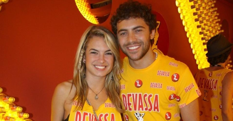 10.fev.2013 - A atriz Lua Blanco e Fernando Roncato curtiram a festa na Sapucaí no Camarote Devassa