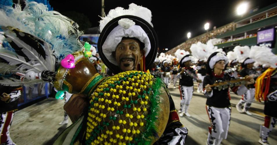 10.fev.2013 - As paradinhas da bateria comandada por mestre Celinho receberam aplausos das arquibancadas. A Inocentes de Belford Roxo abriu o Carnaval do Rio de Janeiro cantando sobre os 50 anos de imigração sul-coreana no Brasil.