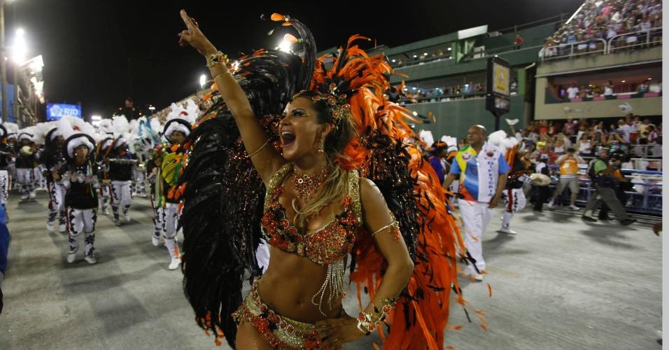 10.fev.2013 - Lucilene Caetano, rainha de bateria da Inocentes de Belford Roxo durante o primeiro dia de desfiles do grupo especial do Rio de Janeiro
