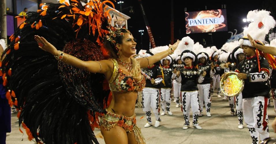 10.fev.2013 - Lucilene Caetano, rainha de bateria da Inocentes de Belford Roxo, esquenta o primeiro dia de desfiles do grupo especial do Rio de Janeiro