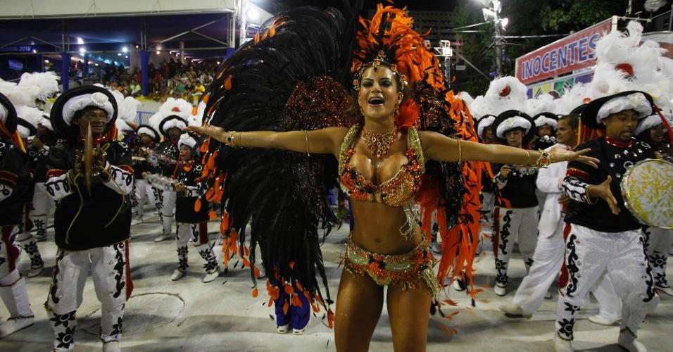 10.fev.2013 - A rainha da bateria, Lucilene Caetano, ao lado de seus 'súditos'. A Inocentes de Belford Roxo abriu o primeiro dia de desfiles do grupo especial do Rio de Janeiro