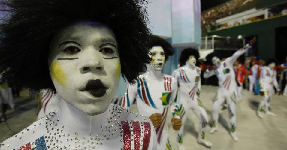 10.fev.2013 - Membros da comissão de frente mostram os brilhos de suas fantasias. A Inocentes de Belford Roxo contou a história dos 50 anos de imigração sul-coreana no Brasil.
