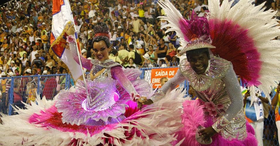 10.fev.2013 - Rogerinho e Lucinha são o casal de mestre-sala e porta-bandeira da Inocentes de Belford Roxo. Escola abriu o primeiro dia de desfiles do grupo especial do Rio de Janeiro.