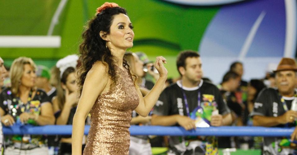 """10.fev.2013 - Claudia Ohana dançou ao lado Patrick Carvalho, seu parceiro na """"Dança dos Famosos"""" da TV Globo."""