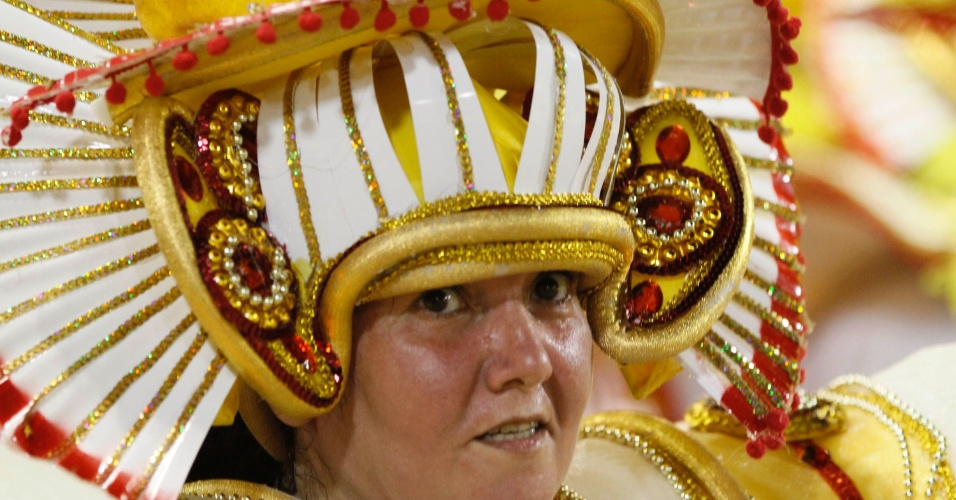 10.fev.2013 - Passista canta o samba-enredo da Inocentes de Belford Roxo. Escola contou como foi a imigração sul-coreana no Brasil.