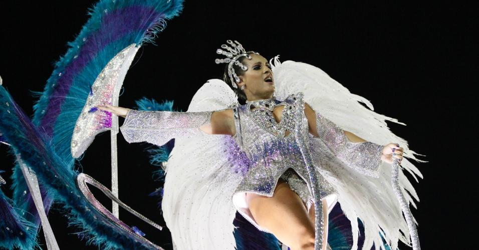 10.fev.2013 - Leques gigantes fazem parte das fantasias da Inocentes de Belford Roxo. Escola abriu o primeiro dia de desfiles do grupo especial do Rio de Janeiro