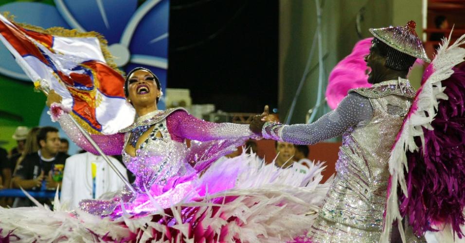 10.fev.2013 - Casal de mestre-sala e porta-bandeira da Inocentes de Belford Roxo evolui no primeiro dia de desfiles do Grupo Especial do Rio de Janeiro