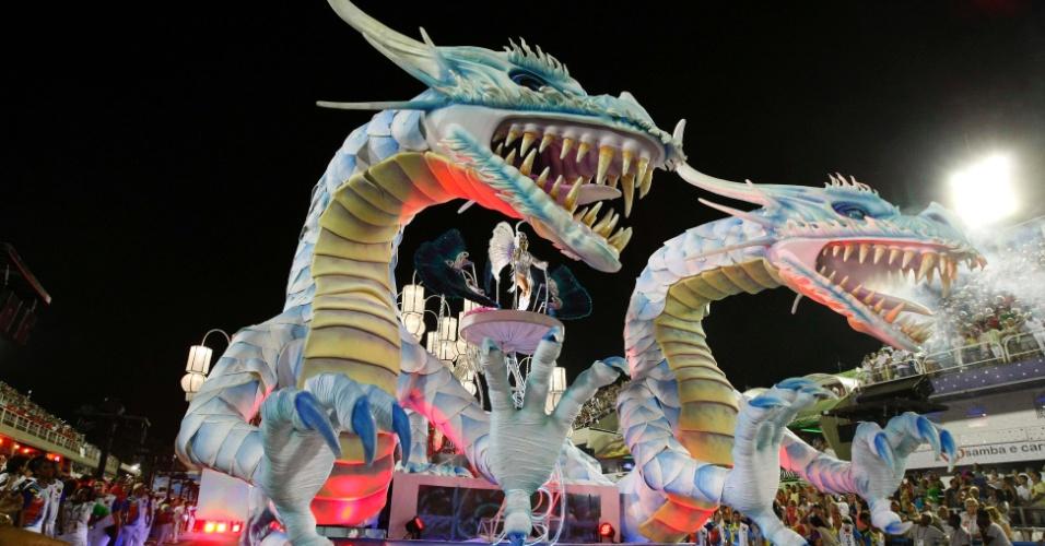 10.fev.2013 - Carro alegórico representa os dragões aquáticos, feras mitológicas do folclore sul-coreano, A Inocentes de Belford Roxo abre o primeiro dia de desfiles do grupo especial do Rio de Janeiro