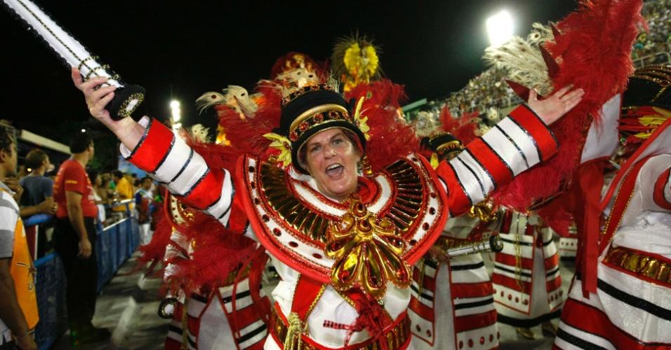 10.fev.2013 - A Inocentes de Belford Roxo abre o primeiro dia de desfiles do grupo especial do Rio de Janeiro