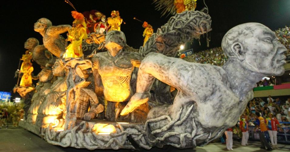 10.fev.2013 - Carro alegórico da Inocentes de Belford Roxo, que homenageou a Coreia do Sul, mostra fera mitológica