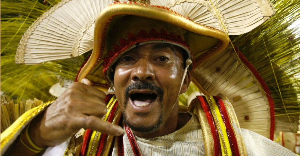 10.fev.2013 - Passista canta feliz da vida o samba-enredo da Inocentes de Belford Roxo. Escola contou a história da imigração sul-coreana no Brasil
