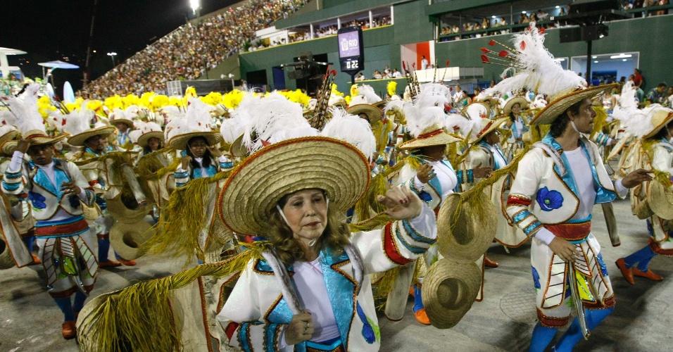 10.fev.2013 - Ala mostra o destino dos imigrantes sul-coreanos em território brasileiro: o campo. A Inocentes de Belford Roxo abriu o primeiro dia de desfiles do grupo especial do Rio de Janeiro