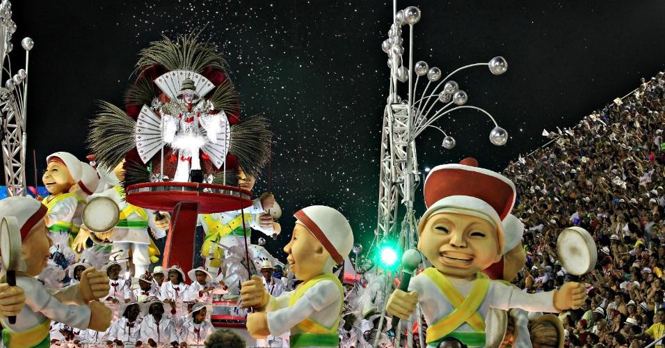 10.fev.2013 - Os 50 anos da imigração sul-coreana no Brasil foram lembrados em carro da Inocentes de Belford Roxo, primeira escola a desfilar no domingo de Carnaval, no Rio de Janeiro
