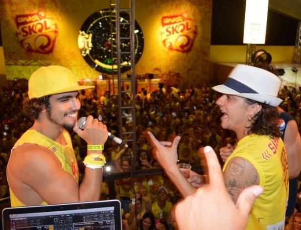 10.fev.2013 - Amigos, os atores Caio Castro e Guilherme Boury se divertem no camarote