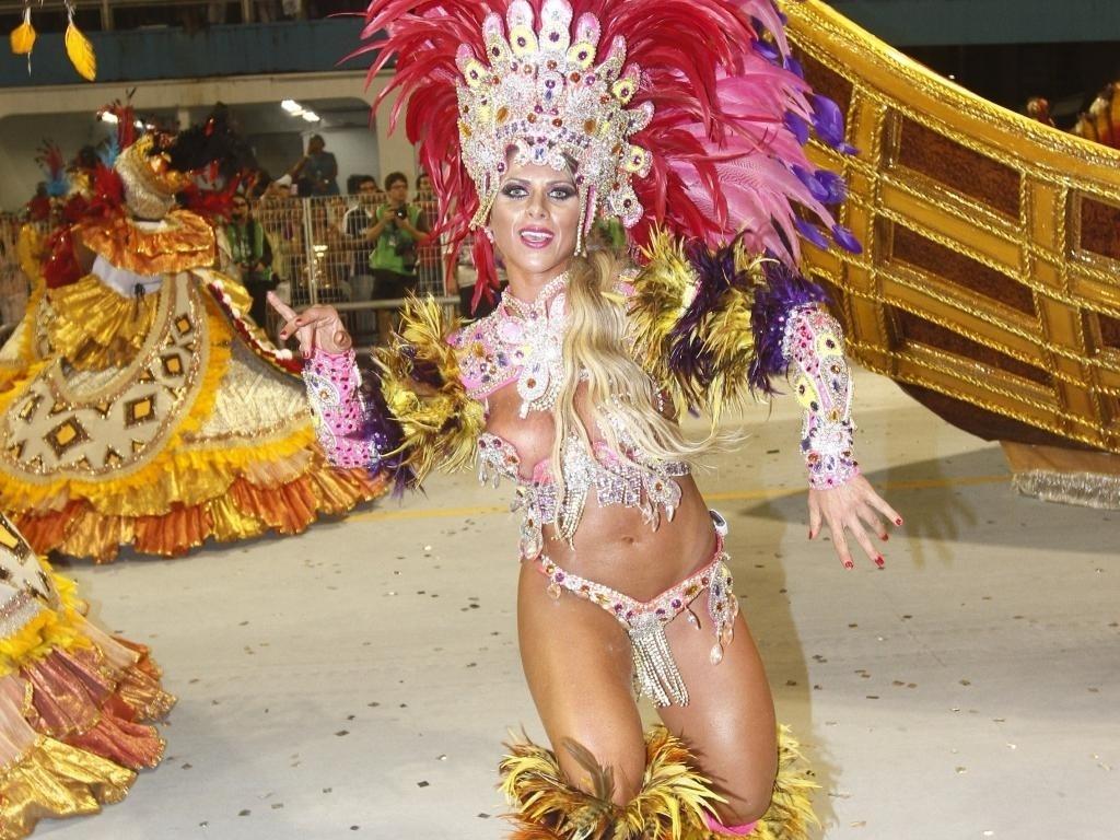 10.fev.2013 - Ana Paula Minerato mostra todo o seu gingado na avenida