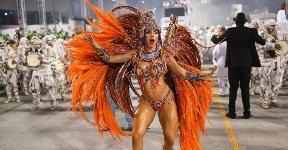 10.fev.2013 - Andrea Andrade, madrinha da bateria da Império de Casa Verde, anima a última noite de desfiles no Sambódromo do Anhembi em São Paulo.