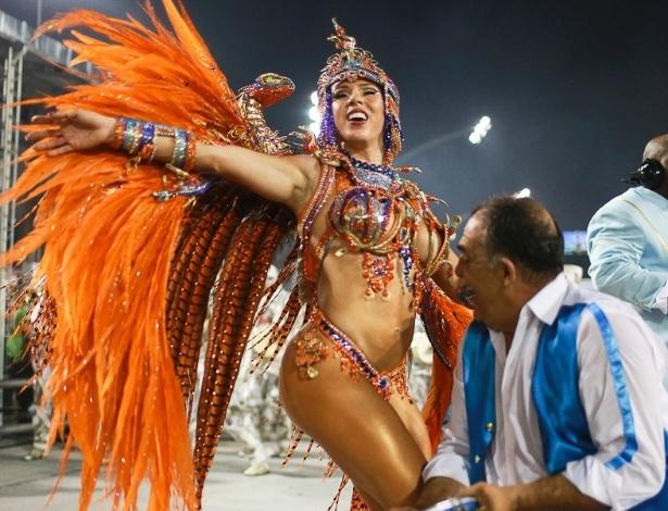 10.fev.2013 - Andrea Andrade, madrinha da bateria da Império de Casa Verde, requebra para animar o último desfile do Sambódromo do Anhembi em São Paulo.