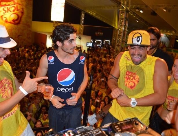 10.fev.2013 - Ao lado de Guilherme e Fiuk, o ex-BBB Yuri ajuda a comandar as pickups