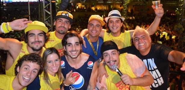 10.fev.2013 - Caio Castro, Miguel Roncato, Yuri, Fiuk, Guilherme Boury e Tiago Abravanel se divertem entre amigos no camarote