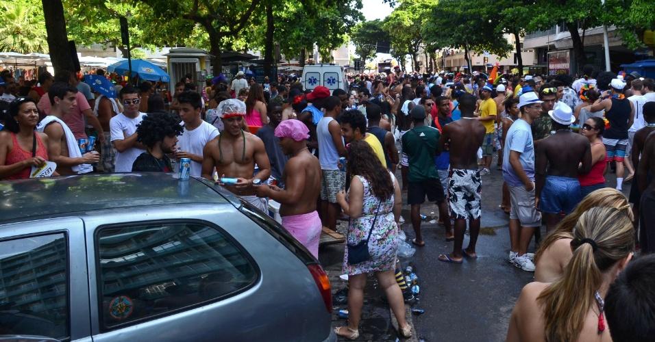10.fev.2013 - Cariocas em concentração para participar do bloco Simpatia É Quase Amor