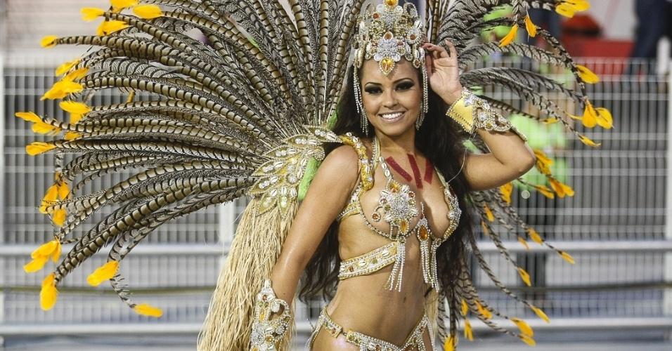 10.fev.2013 - Cintia de Mello, princesa da Império de Casa Verde, disse que foi ela mesma quem confeccionou sua fantasia. Segundo ela, foram gastos mais de R$ 4.000 para completar a roupa.